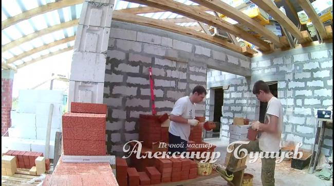 Мастер печник кладёт камин